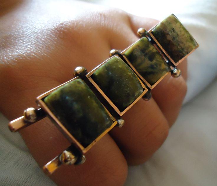 Anillo de cobre, esferitas de bronce y piedras Serpentinas.