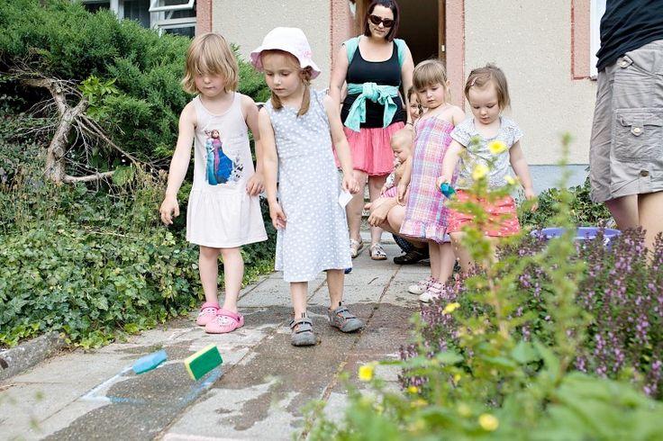 Děti milují venkovní aktivity a zvláště ty s vodou. A když je horko, tak vůbec nevadí, že budou celé zmáčené :-) Tato hra je nenáročná na přípravu a zabaví se při ní děti různého věku.