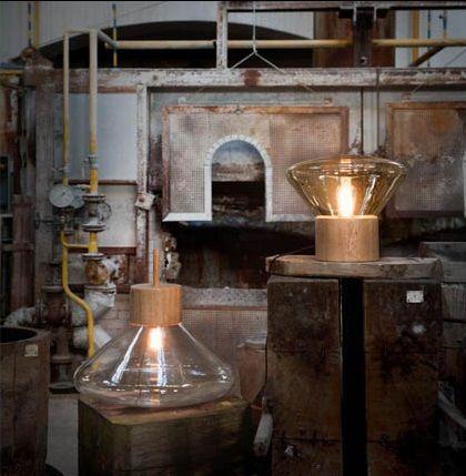 Transparant handgeblazen glas op een eiken basis: de Muffin lampenvan Brokis zijn echte blikvangers. Te zien in de showroom van De Huisgenoten. www.dehuisgenoten.com