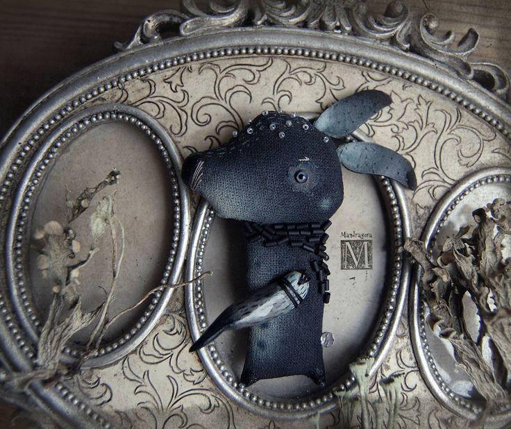 Заёнц Брошчатый, семейства Чёрнотельцовых. 8см, текстиль, акрил, бисер, стеклянный глаз ручной работы. Волшебницу нашел.  black rabbit - brooch.   #мандрагоринычудовища #мандрагоринотворчество #брошь #брошка #мандрагорины_брошки #аксессуар #существа #brooch #mandragora #mandragora_root #rabbit #blackrabbit #artdoll