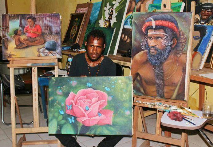 Yanto Gombo, mahasiswa ISBI (Institut Seni Budaya Indonesia) Tanah Papua kelahiran 1996 ini mampu membuat lukisan potret dan natural mirip aslinya melalu berbagai media, baik kertas, kanvas, kulit kayu, sketsa di komputer, tripleks, dan tembok bangunan rumah atau gedung.