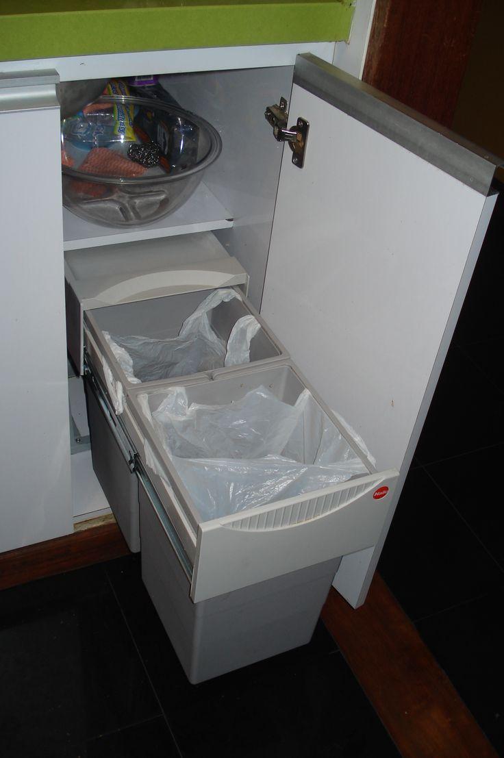 El shut de basura, con dos canecas, para poder reciclar