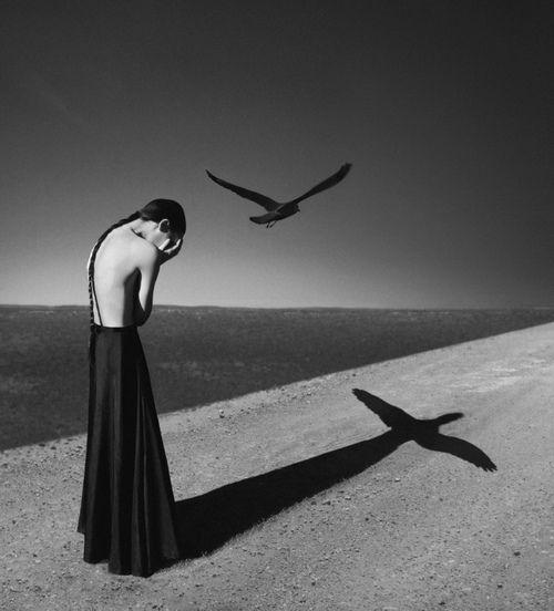 .vrouw op strand-kruis schaduw