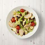 Salade met kip, gedroogde veenbessen, pastinaak, gegrilde cachewnoten en honingdressing