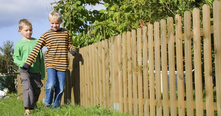 Cómo construir una cerca de madera a la medida. Las cercas son una parte importante de cualquier propiedad, especialmente si tienes niños pequeños o mascotas vagando. Una cerca bien construida puede mejorar el aspecto de tu hogar y, al mismo tiempo, mantener a tu familia segura. Las cercas resistentes son especialmente importantes alrededor de las piscinas u otros peligros potenciales. Estas, ...