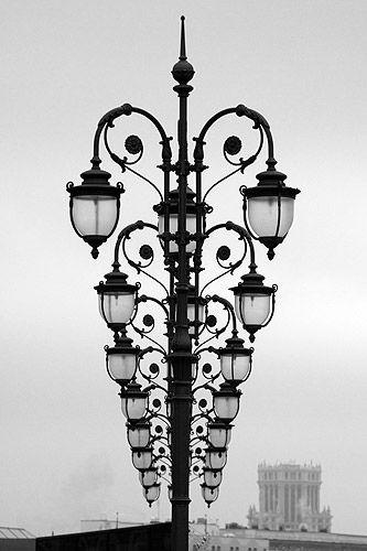 Illusionisme Je ziet hier allemaal lampen maar omdat ze zo recht achter elkaar staan lijkt het net een lamp