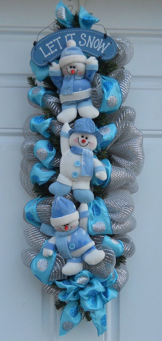 29 pouces lunatique Silver Mesh Let il neige bonhomme de neige Figurine porte Swag, rehaussé de pois bleu et argent argent ruban et bonhomme de neige figurine avec let en bois il neige signe sur un butin de pin.