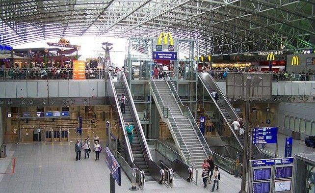 800px-Frankfurt_Flughafen,_Terminal_2