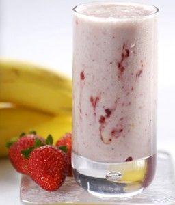 Vitamina com Whey Protein. 1 pote de iogurte natural desnatado; 1 colher de sopa de mel; 10 morangos; ½ banana; 200 ml de leite desnatado;