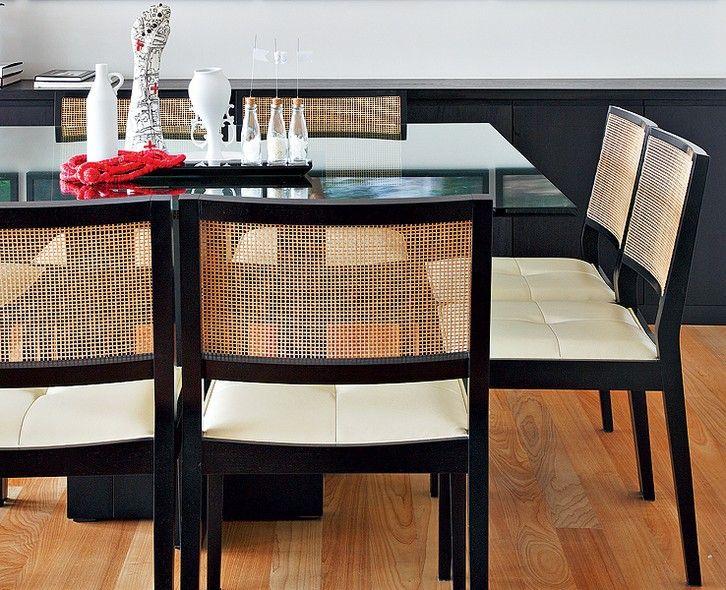 O centro de mesa pode ser baseado na busca por proteção. Garrafas de vidro com sal e arroz ficam originais. A figa ganhou status de escultura com desenhos da designer Evelyn Tannus. Sala de jantar assinada pela arquiteta Vanessa Féres