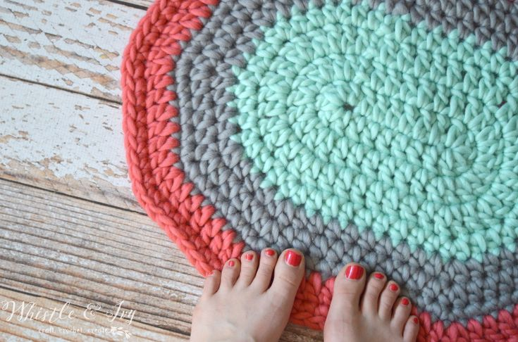 Free Crochet Pattern: Super Chunky Crochet Rug | Make this beautiful chunky rug quickly. This rug is perfect for any room in your home!