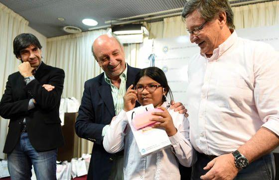 El Gobierno entregó 180 anteojos a niños de escuelas públicas: Salud Escolar y la Fundación Saravia Olmos realizan estudios oftalmológicos…