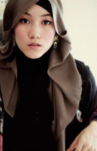 Foulard soie marron Plus de modèles sur http://www.photohijab.com/foulards/