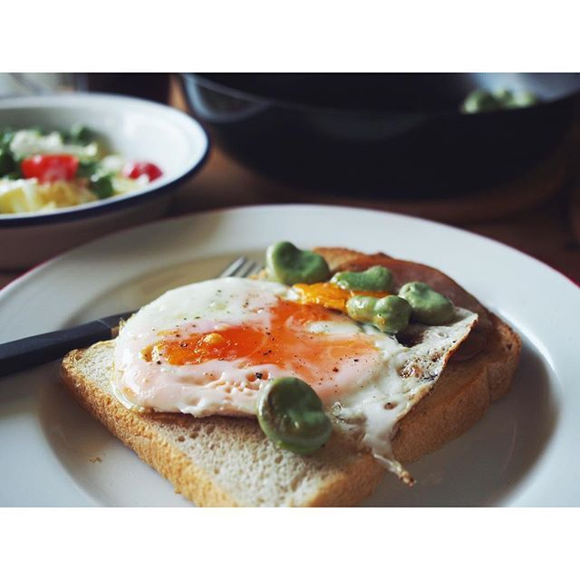 fujifab12 on Instagram pinned by myThings フライパンにオリーブオイル熱し 割り落とした卵、ハム、そら豆をこんがり焼き 塩胡椒で調味。  カリッとトーストしたえんツコ堂の食パンに乗せていただきました  なんかもう… 美味しすぎかーーーーい 焼いたそら豆の旨さに感動。 そら豆の茹で方教えてくださったフォロワー様、どうもありがとうございました! しわ寄らずにふっくら茹でられました❤️