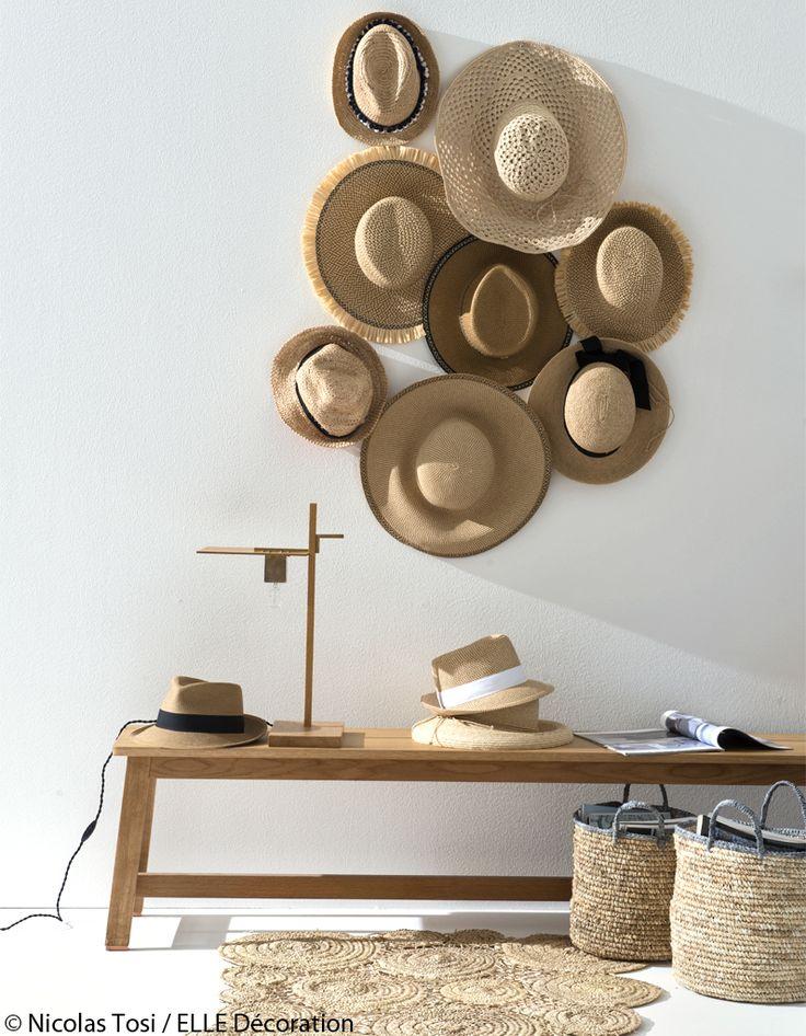 Accrocher de façon aléatoire des chapeauxde paille naturelle en variant les tailles.Banc, design Studio Ilse pour DE LA ESPADAchez The Conran Shop.Chape...