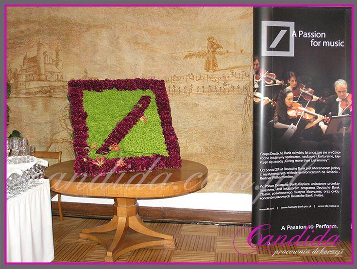 Kwiatowe logo firmowe  – Logo firmowe wykonane z żywych kwiatów, to z pewnością element dekoracyjny przyciągający wszystkich uwagę. Poniżej prezentujemy logo firmowe Deutsche Bank przygotowane na Galę w Filharmonii Narodowej w Warszawie Kwiatowe logo dla Deutsche Bank, Gala w Filharmonii Narodowej, Warszawa. Kwiatowe... #candidapracowniadekoracji #dekoracjeeventowe #dekoracjekwiatowe