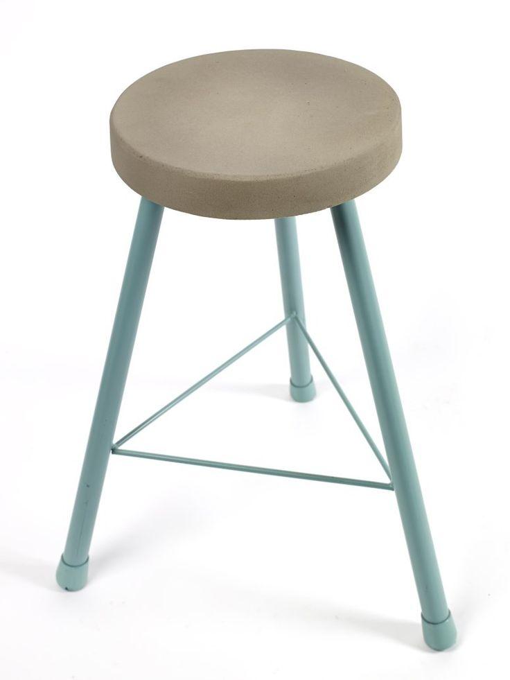 Deze gekleurde krukjes van Serax combineren, door hun betonnen zitting, stoer met verfijning. De krukjes worden in drie kleuren gemaakt. Superhandig als extra zitplaats aan tafel of gewoon leuk als decoratief item. Zeker in combinatie met de bijzettafeltjes en lampen uit de zelfde serie.