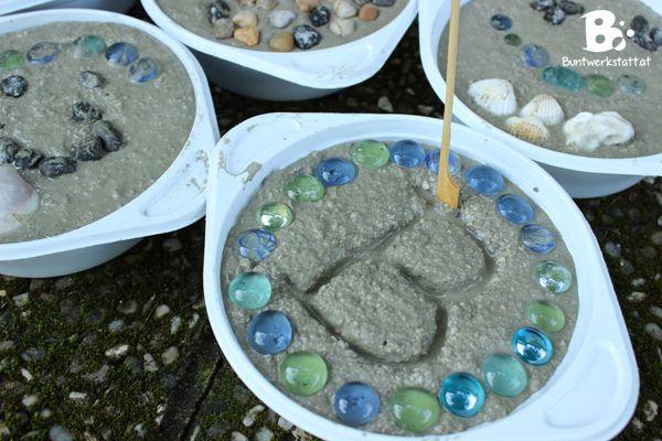 Wir wollten schon lange Trittsteine für unseren Garten machen. Letzte Woche sind wir endlich dazu gekommen. Es hat so viel Spaß gemacht, und war total einfach! Wir sind richtig stolz auf das Ergebnis und haben jetzt originelle Trittsteine im Garten die unsere Persönlichkeiten widerspiegeln. Anleitung und Materialien: Du brauchst: Betonmischung, Plastikschüsseln, Dekosteine, Zahnstocher, Behälter zum Betonmischen, Maurerkelle Für unsere Trittsteine haben wir einen Sack Hobby Beton verwendet…