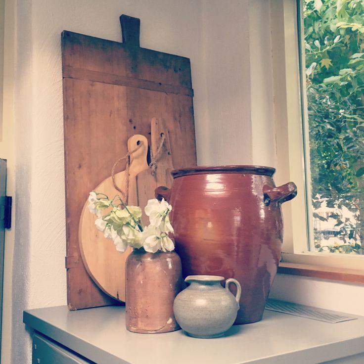 Gezellige #decoratie op de koelkast. Met Hart en Hout Interieurstyling #oudepotten #broodplank #farmhouse