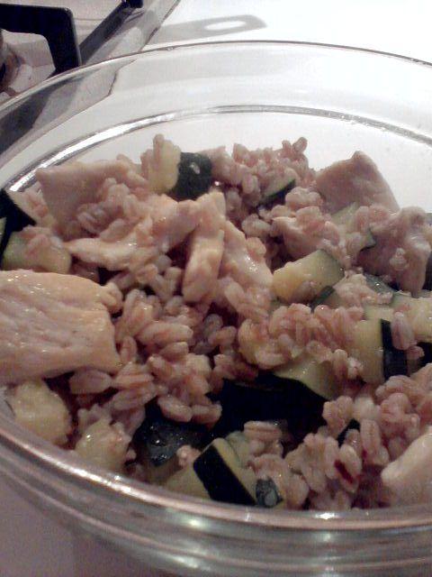 Insalata+di+farro+perlato,+zucchine+e+pollo+grigliato+home-made