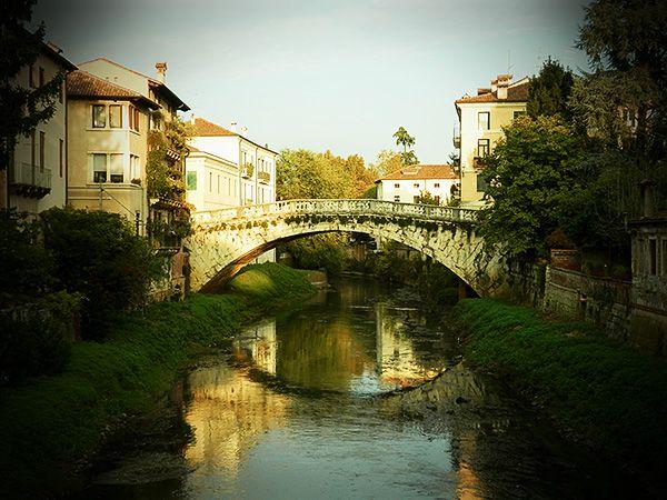 Ponte San Michele, fotografato dal Ponte di San Paolo. I toponimi derivano entrambi per la presenza, in tempi remoti, di un'abbazia ed una chiesa nei pressi delle sponde del fiume Retrone.