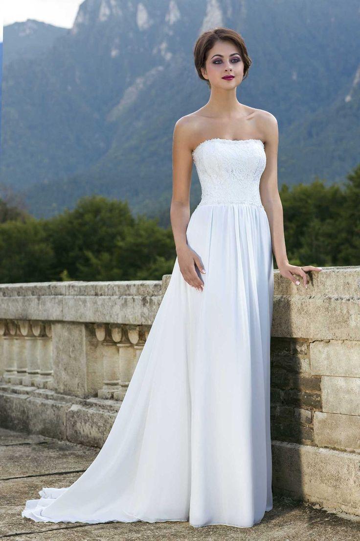 Nádherné jednoduché svadobné šaty s jemnou padavou sukňou s vlečkou a čipkovaným vrškom bez ramienok