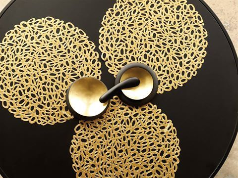 #Pebble #Brass by #Chilewich   στρογγυλό #sousplat διαμέτρου 37 εκ με έντονο χαρακτήρα #artdelatable #aslanoglou #objectsofdesire #σουπλα #chic #γιορτινοτραπέζι #τραπεζαρία