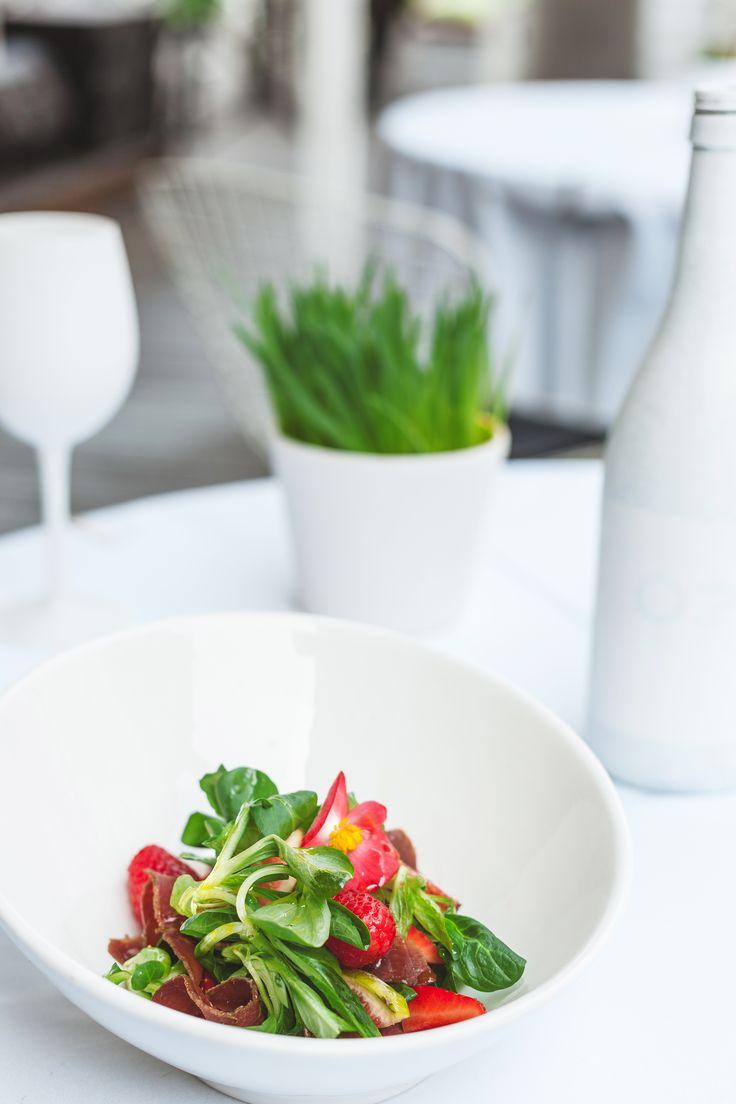 Lapu salāti ar auksti kūpinātu pīļgaļu, vīģēm, zemenēm un medus laimu mērci  Green salad with cold-smoked duck, figs, strawberries, and honey lime dressing