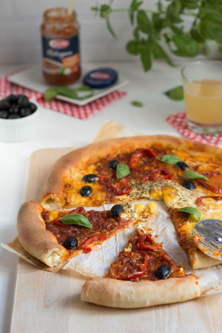 Pizza de 10!! Salsa boloñesa, huevo y bordes rellenos de queso..Mira como hacerla con nuestro paso a paso.