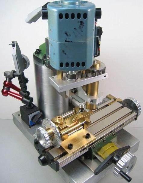 Eine kleine Fräsmaschine oder Bearbeitung auf dem Desktop