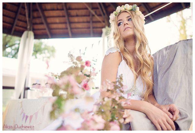 kwiaty na stole i w wianku wraz z suknią ślubną
