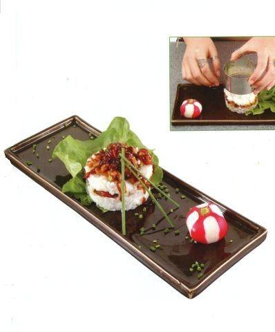 Суши саке (Курица - орехи кешью) Рецепт этих суши придуман под влиянием западной кухни — например, я взяла кольцо из нержавеющей стали диаметром 6 см, которое обычно используется для приготовления идеально круглых оладий, омлетов или теста. Это блюдо порадует тех, кто не особенно жалует сырую рыбу, однако вы можете использовать и ее. Мы готовим эти суши прямо на сервировочной тарелке.