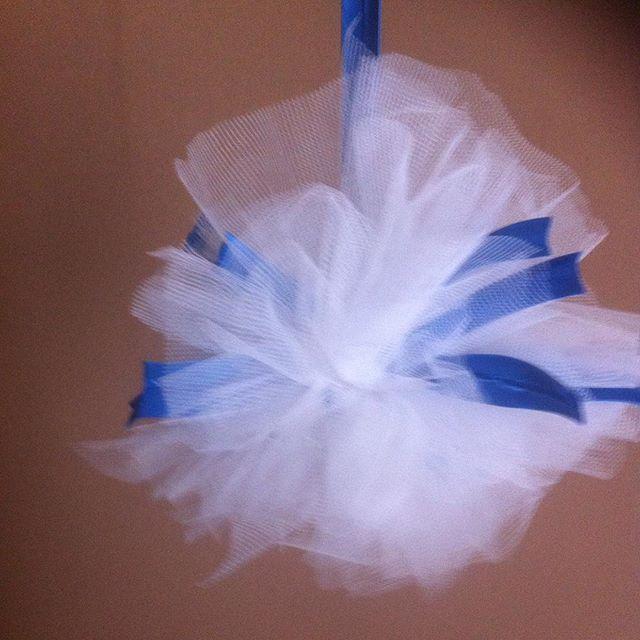 Χειροποίητα πον πον από λευκό  τούλι και μπλε ηλεκτρικ σατέν κορδέλα Ιδανικά για στολισμό γάμου η βάφτισης Διατίθενται  σε οποία χρώματα επιθυμείτε