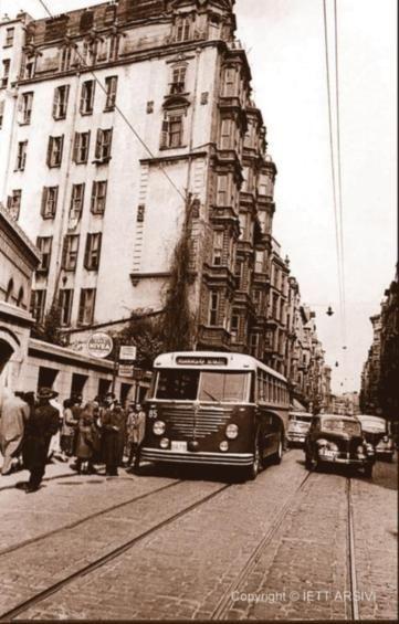 """İstiklal Caddesi, Ağa Camii yanı. 1951'de gazeteler şöyle yazıyormuş: """"Beyoğlu İstiklal Caddesi'ndeki Ağa Camii durağında toplam 12 saat içinde 7 bin 598 kişinin otobüs ve tramvaylara bindiği ve 33 bin 110 kişinin de indiği, sayılarak hesaplandı."""""""