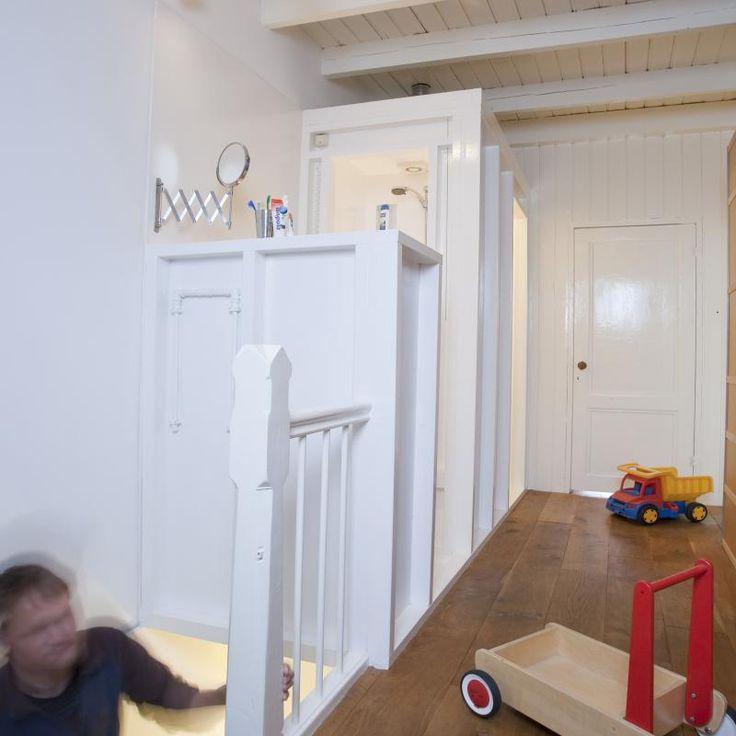 Compacte badkamer, met douche, separaat toilet en wastafel. Samen als één badmeubel op een open slaapverdieping. Foto Desire Peter Paul Weststrate