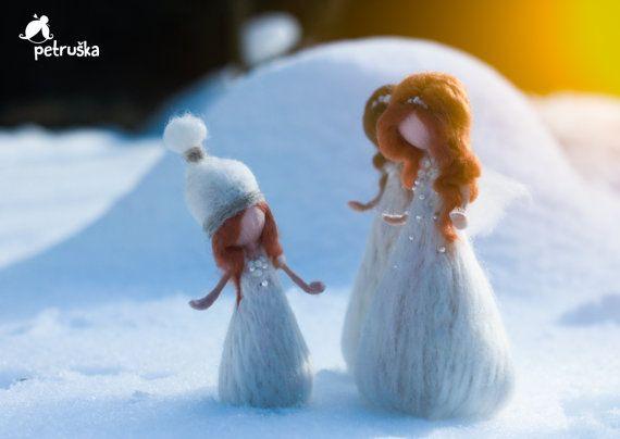 Schnee-Feen... Der mit Schmetterlingen ist derjenige, der ihre Schwestern erzählt, die der Frühling kommt...   Weiß ist elegant, unschuldig, klar,... .suitable für Weihnachten, Hochzeit oder Geburtstag Geschenk... oder ein Geschenk für sich selbst. Sie sind ca. 18-20 cm (7,5 Zoll) hoch, aus Wolle, mit Liebe gemacht. Einige von ihnen zieren Perlen, einige nur mit kleinen Details aus Wolle gefertigt.  Ich kann immer einen benutzerdefinierten Dienst zu machen - Sie können eine Haarfarbe, Farbe…