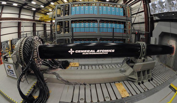 Es el arma más novedosa del USS Zumwalt. En vez de usar cargas explosivas o misiles autopropulsados, aprovecha la energía electromagnética para lanzar los proyectiles a una velocidad superior a los 7.000 Km/h.