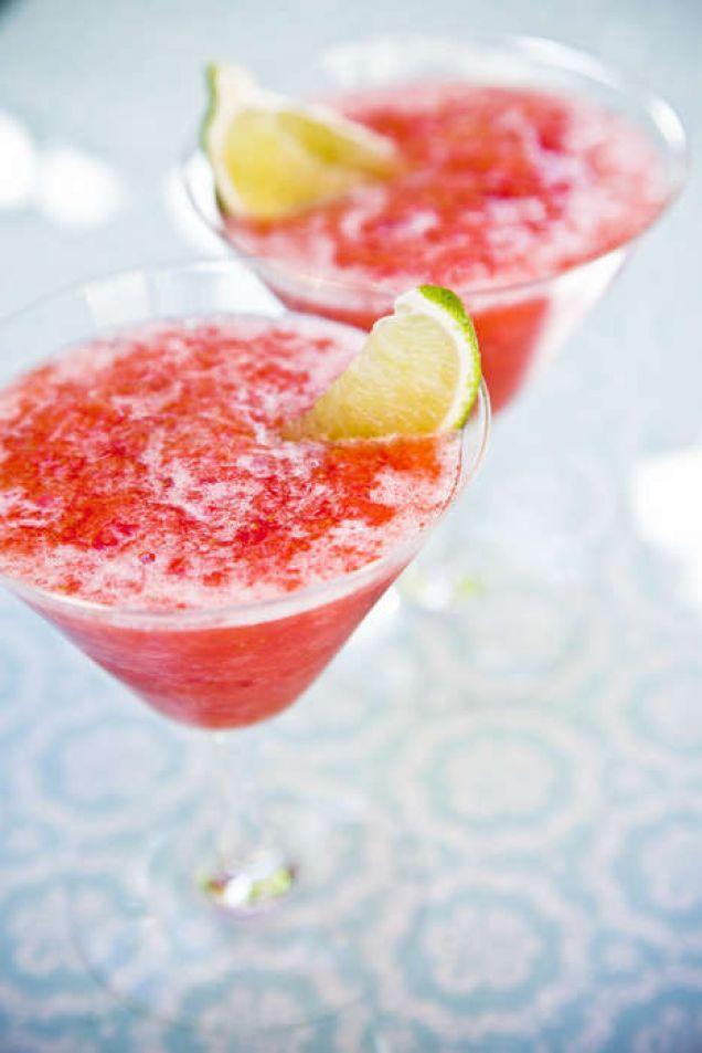 En strålande frisk sommardrink - perfekt att svalka sig med ett glas när solen skiner! Vill du ha den alkoholfri ersätter du rom med till exempel outspädd flädersaft i receptet. Läs också: Fantastiskt god frozen raspberry daiquiri!