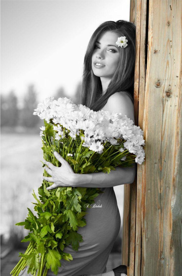Картинки девушек с цветами черно белые