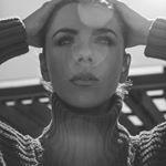 """Maria Fernanda Yepes es una actríz en Colombia. En su Instagram, ella tiene las fotos en La Guajira como una guerreros. Maria es más famosa por su parte como """"La Diabla"""" en """"Sin Senos no hay Paraíso.""""  También, Maria es una modelo bonita. Hace posar con muchos personas en el ejército."""