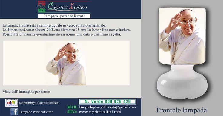Lampada da tavolo in vetro soffiato a bocca, personalizzata con l'immagine di Papa Francesco. Altezza 24,5 cm- diametro base 15 cm- diametro paralume 14 cm - lunghezza filo elettrico 2 mt. La lampadina non è inclusa (max 40W).