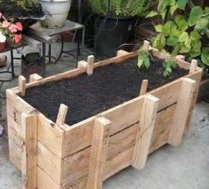 pallet planter box DIY from: Vegetable Garden Hub **Great informational site on all things gardening!