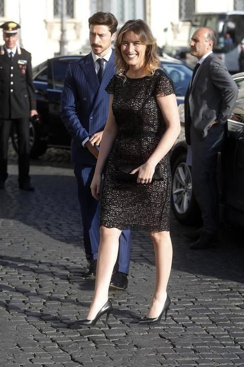 Guarda tutte le foto di Maria Elena Boschi con tubino cipria e nero aderente e tacchi per la festa della Repubblica: la ministra accompagnata dal fratello