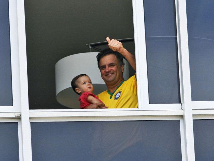 Senador Aécio Neves aparece com sua filha na janela de seu apartamento na Av. Vieira Souto, em Ipanema, Rio de Janeiro, durante ato contra o governo da presidente Dilma Rousseff (PT)