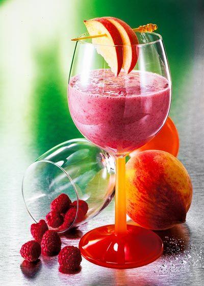 So können Sie gesunde Smoothies selber machen: Probieren Sie das Smoothie-Rezept für einen leckeren Himbeer-Pfirsich-Smoothie ...