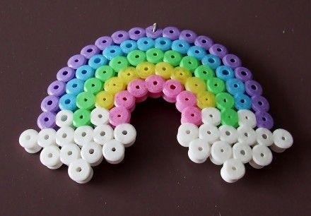 Pendentif en forme d'arc en ciel multicolore en perles à repasser de la marque Hama. Le bijou peut être attaché grâce à un anneau placé sur le dessus. Peut être vendu avec u - 4603613