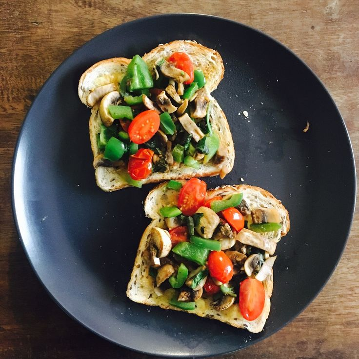 This breakfast is exactly what I needed 😍 toast with mushrooms 🍄 tomatoes 🍅 peppers and basil 🌿 (and a toast with strawberries 🍓 after!) 😋👌