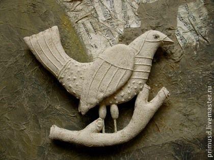 Птица. Птица выполнена  в авторской технике,схожей с папье-маше. Плоская.Двухсторонняя. Основной цвет - кремовый, с легкой цветной еле заметной тонировкой. Подвешиваются на стену за метал. петельку, к потолку, к люстре.