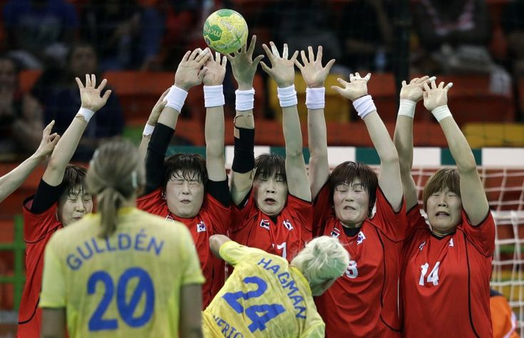 La sueca Nathalie Hagma (centro) ejecuta un golpe franco ante las jugadoras…