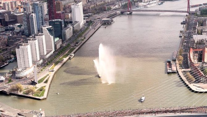 During one of the Rotterdam marathons a fireboat 'welcomes' the runners.